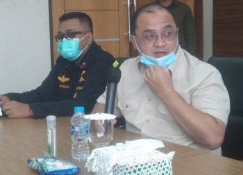 Gubernur Babel Erzaldi Rosman Didampingi Juru Bicara Vaksin Babel dr Bangun Cahyo Utomo Memberikan Keterangan Pers