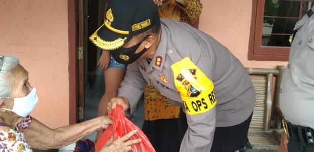 Kapolres Bangka AKBP Widi Haryawan SIK Bersama Anggota Sat Binmas Polres Bangka Menggelar Bakti Sosial