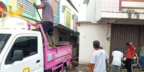 Penuh Sampah, Satgas Smile Pasar Padi Bersama Stakeholder Bersihkan Saluran Air