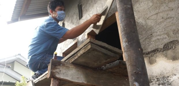 Karyawan PT Timah Gotong Royong Dengan Warga, Bangun Rumah Layak Huni PT Timah